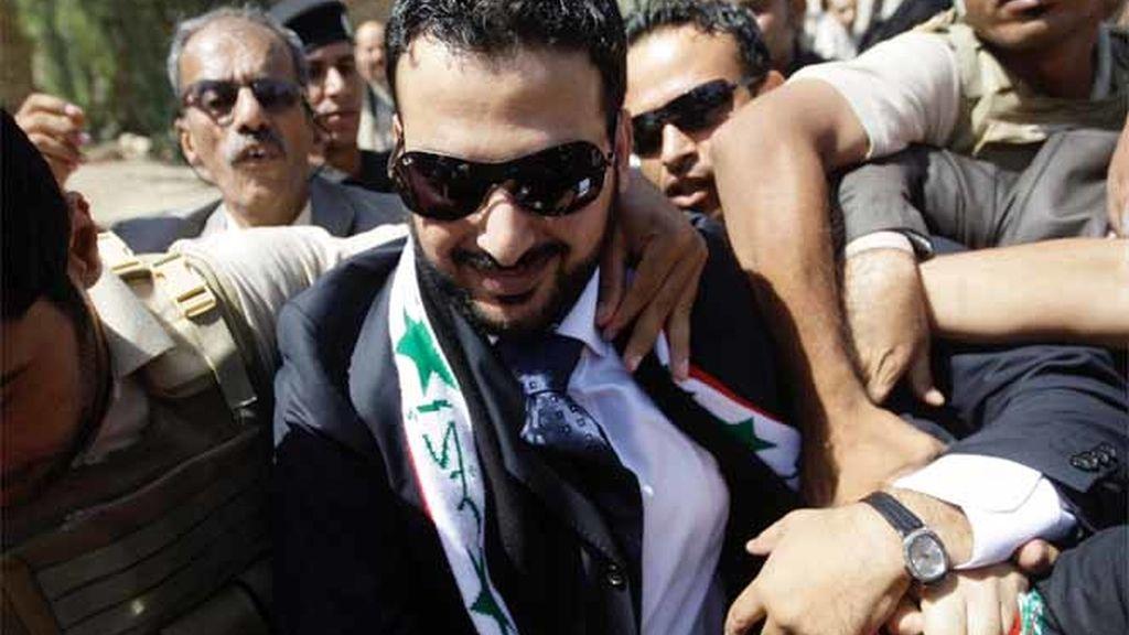 El periodista iraquí que le tiró un zapato al ex presidente estadounidense George W. Bush, Muntadar al Zaidi, aclamado a su llegada a una televisión tras su salida de prisión