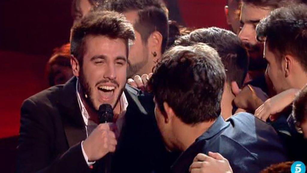 El ganador canta para sus padres y amigos