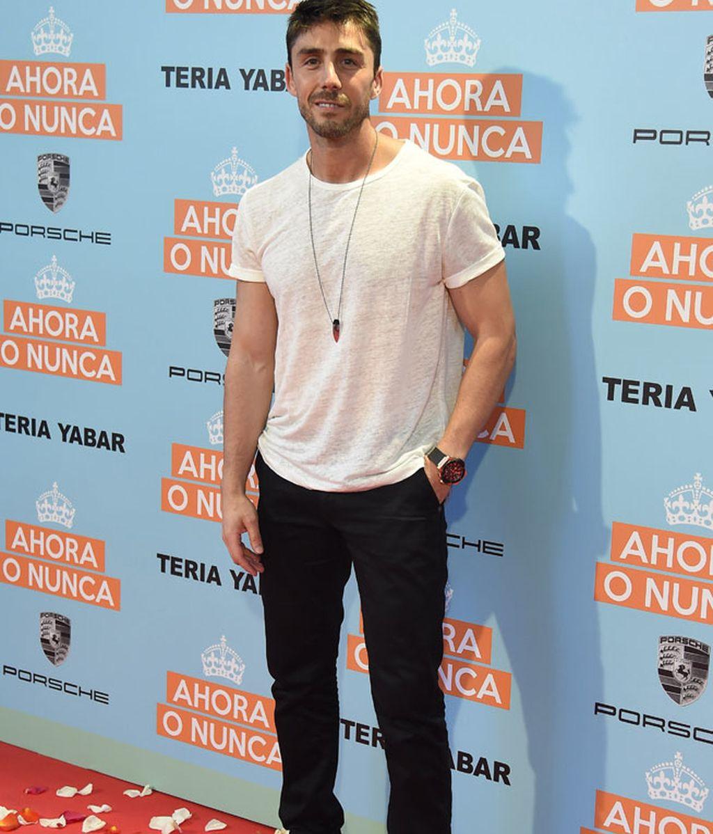El actor Rubén Sanz, con vaqueros y camisa blanca