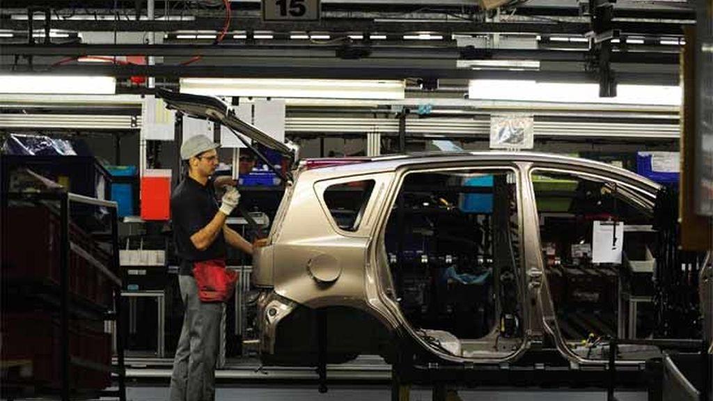 Un empleado trabaja en línea en una fábrica de Nissan en Washington