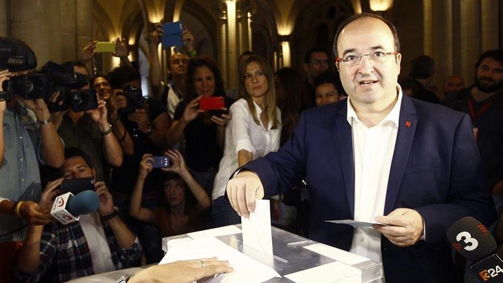 El candidato socialista Miguel Iceta vota