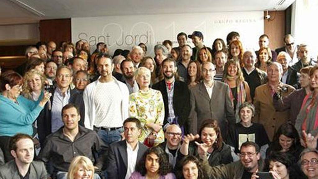 Foto de familia de los participantes en el clásico almuerzo del día de Sant Jordi que tuvo lugar esta mañana en el hotel Regina de Barcelona