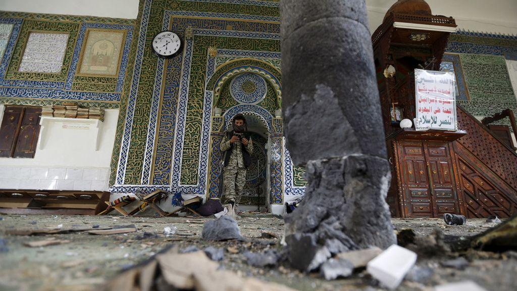 Mueren al menos 15 personas por una explosión en una mezquita de Saná (Yemen)