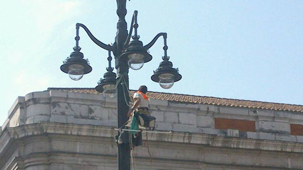 Activista encaramado farola Puerta del Sol