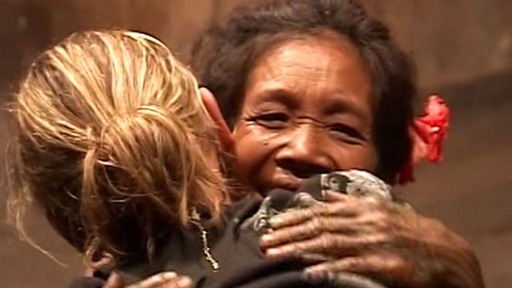 Entre lágrimas, abrazos y gestos de calma, la familia regresa a la Uma. Los Mentawai les esperan con los brazos abiertos