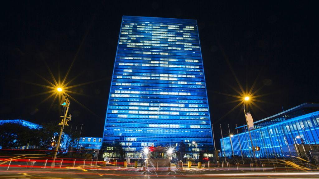 Sede de la ONU en Nueva York iluminada de azul