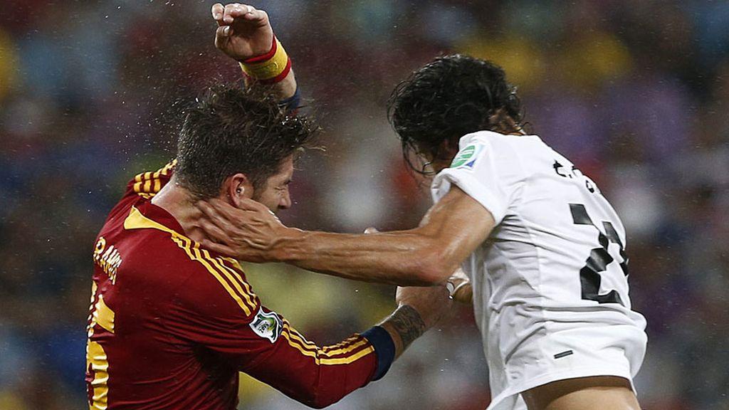 Cavani golpea con la mano en el rostro de Sergio Ramos