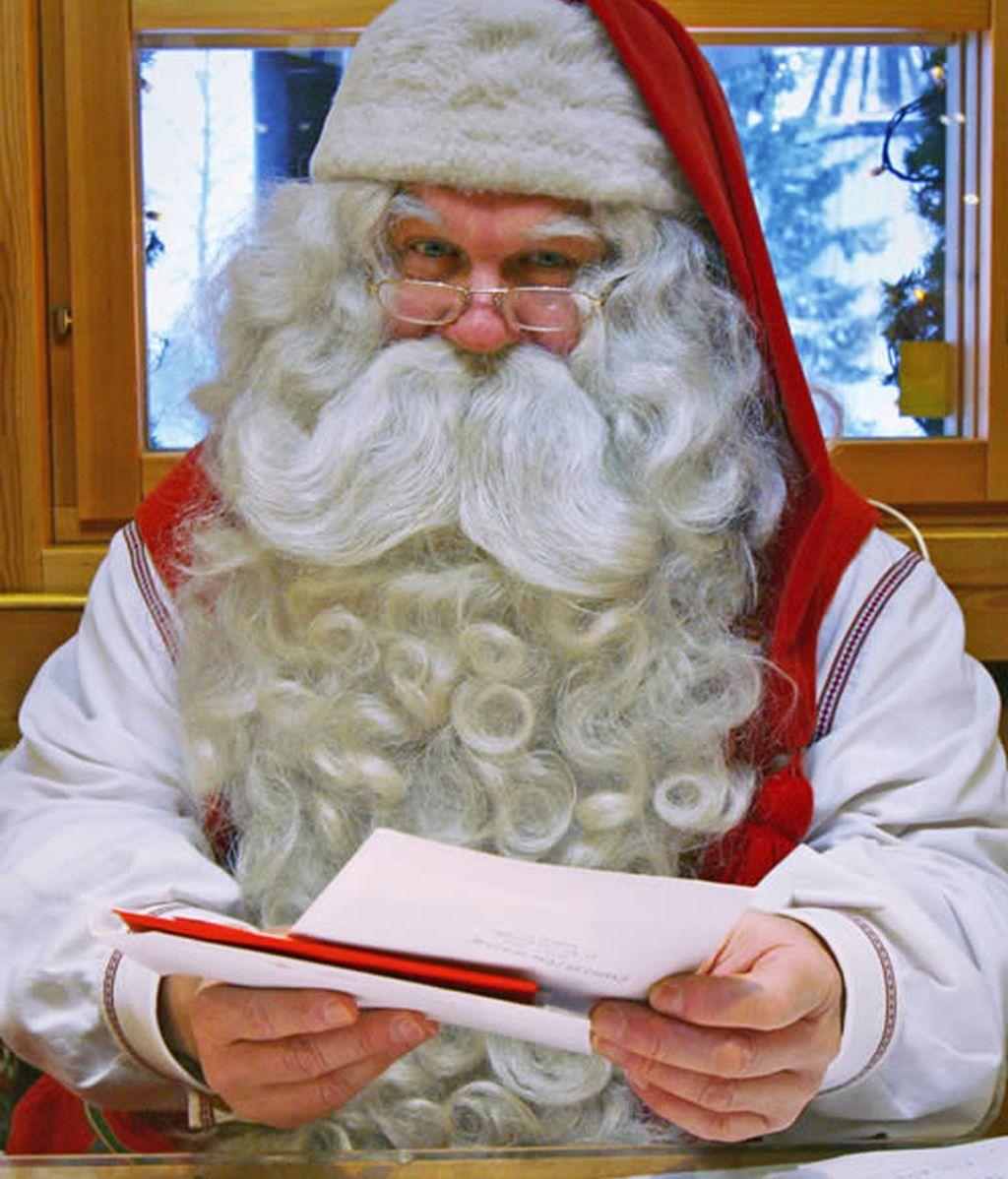Papa Noel lee las cartas de los niños