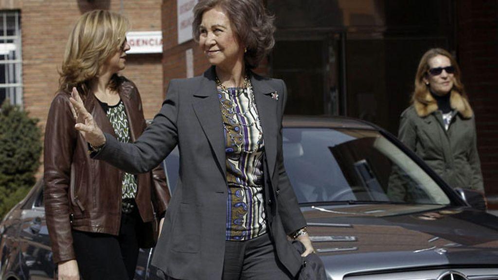 La Reina y las Infantas Elena y Cristina llegan a la clínica para seguir la operación del Rey