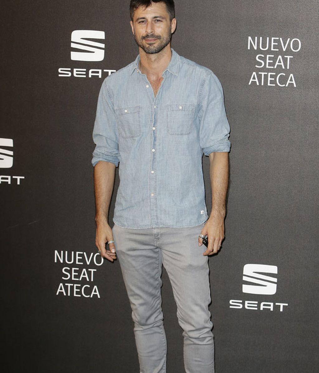 Hugo Silva con camisa vaquera, pantalón claro y anillos