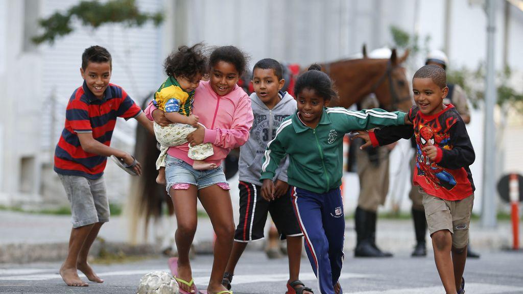 Niños jugando en la calle en Brasil