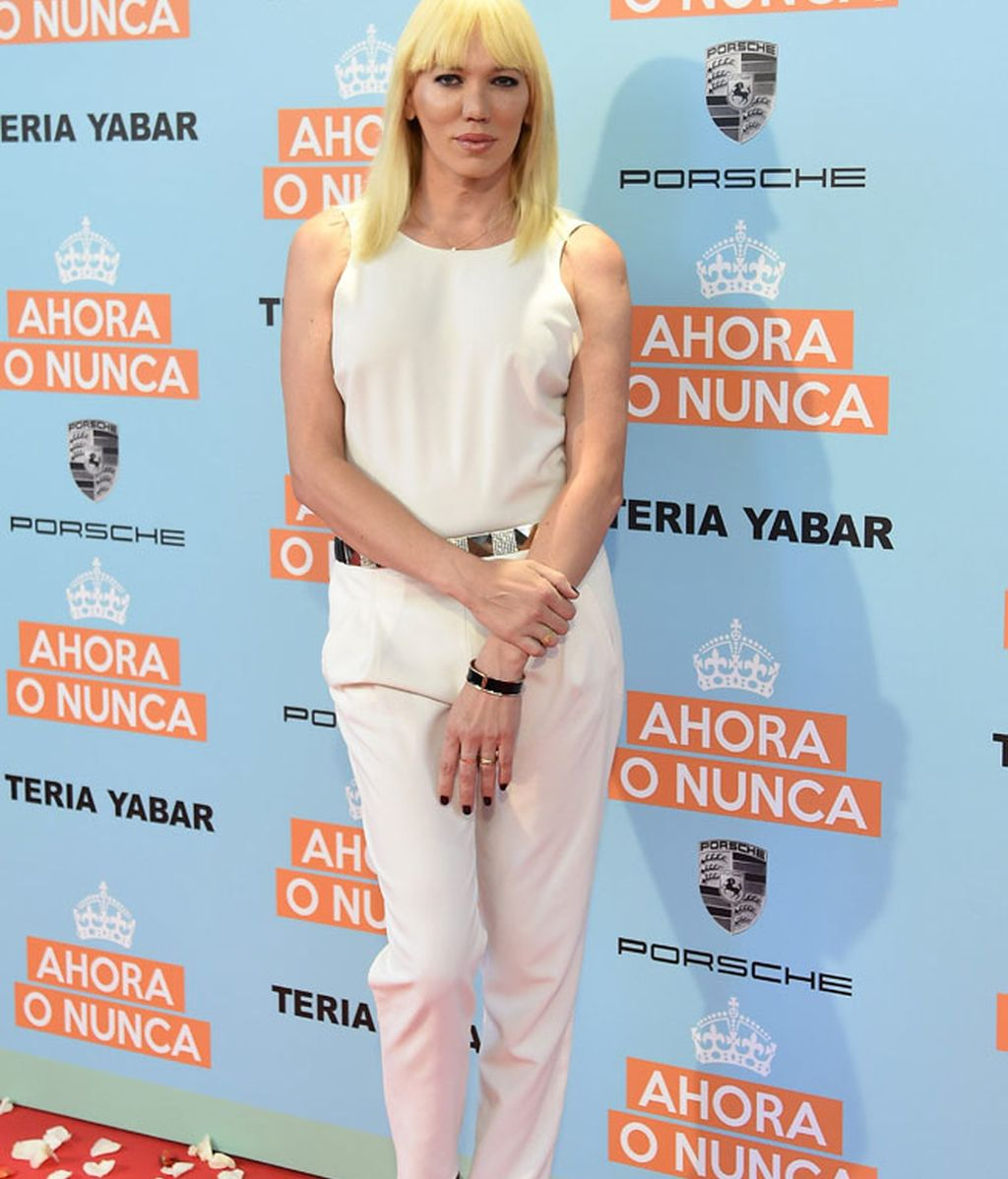 Topacio Fresh con un 'jumpsuit' blanco