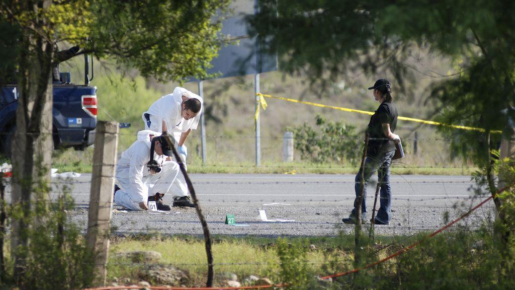 Técnicos forenses en la carretera de Cadereyta-Reynosa, lugar de los hechos en Nuevo León, México