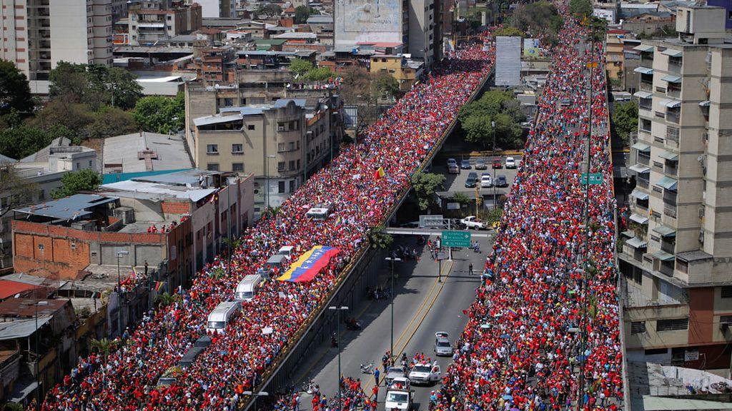 Miles de venezolanos acompañan el féretro de Hugo Chávez hasta la academia militar de Caracas