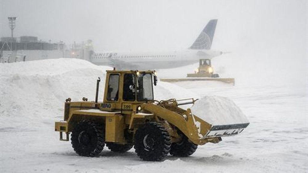 Al menos tres muertos y miles de vuelos cancelados por la tormenta de nieve en EEUU