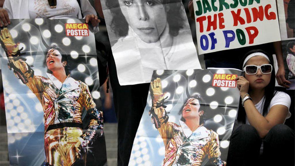 Ídolos de Michael Jackson portando carteles del rey del pop