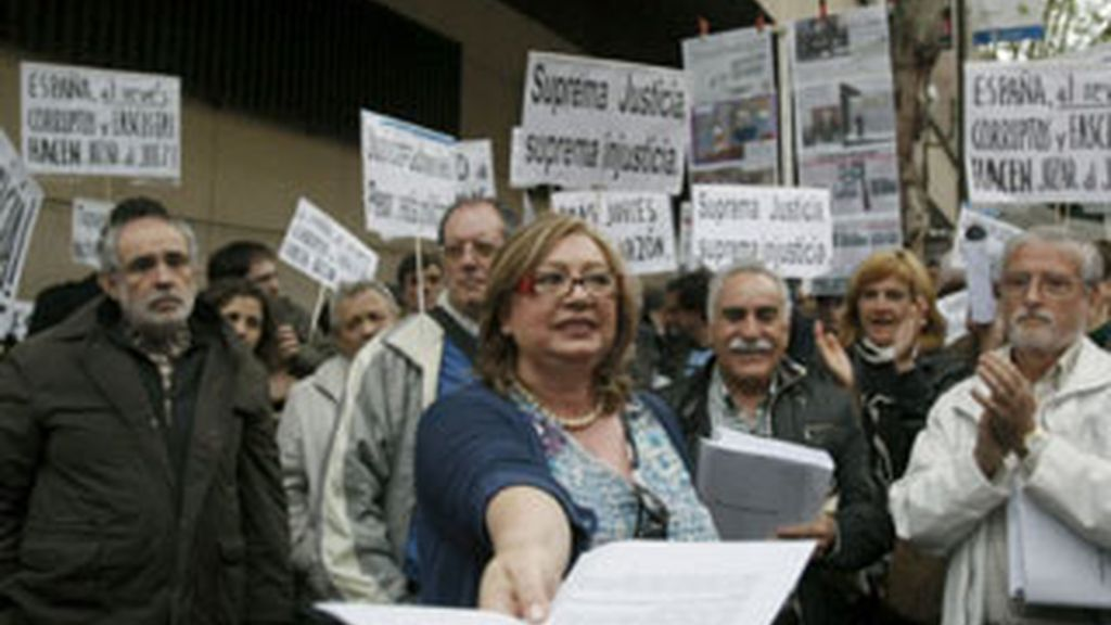 Representantes de las asociaciones para la recuperación de la Memoria Histórica y colectivos de víctimas del franquismo en una manifestación en favor de Garzón. EFE