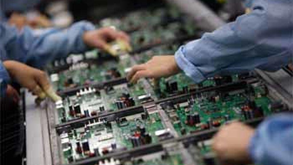 Empleados de Celestica trabajan en una fábrica de Guangdong,al sur de China