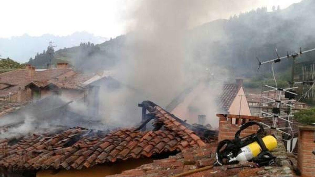 Los Bomberos tratan de extinguir un incendio en cuatro edificios de Santander