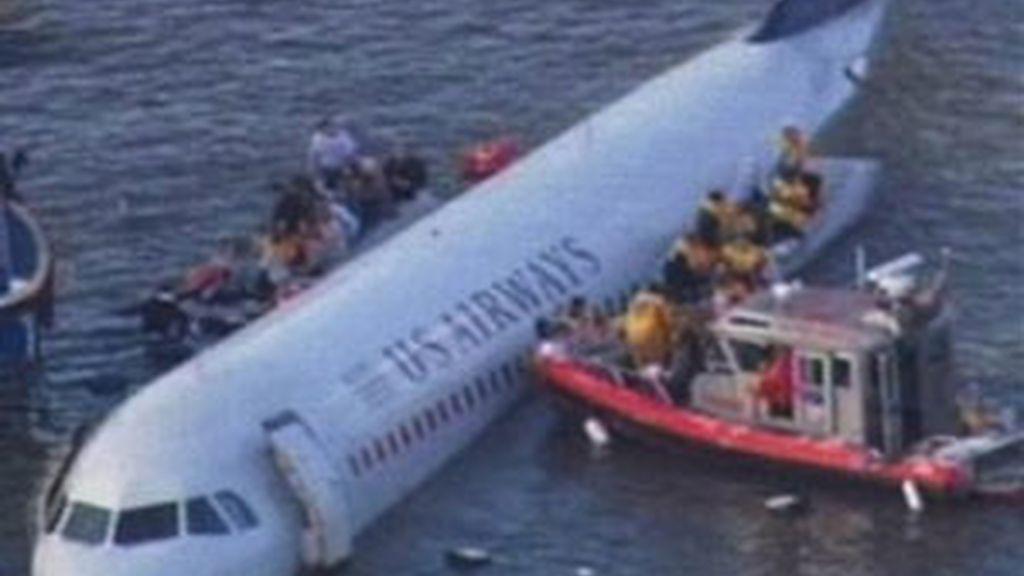 El avión cae sobre el río Hudson. Video: Informativos Telecinco