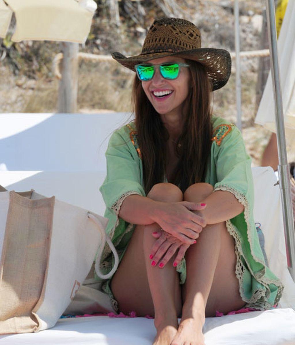 Paula se decanta por el verde en bikini, pareo y gafas