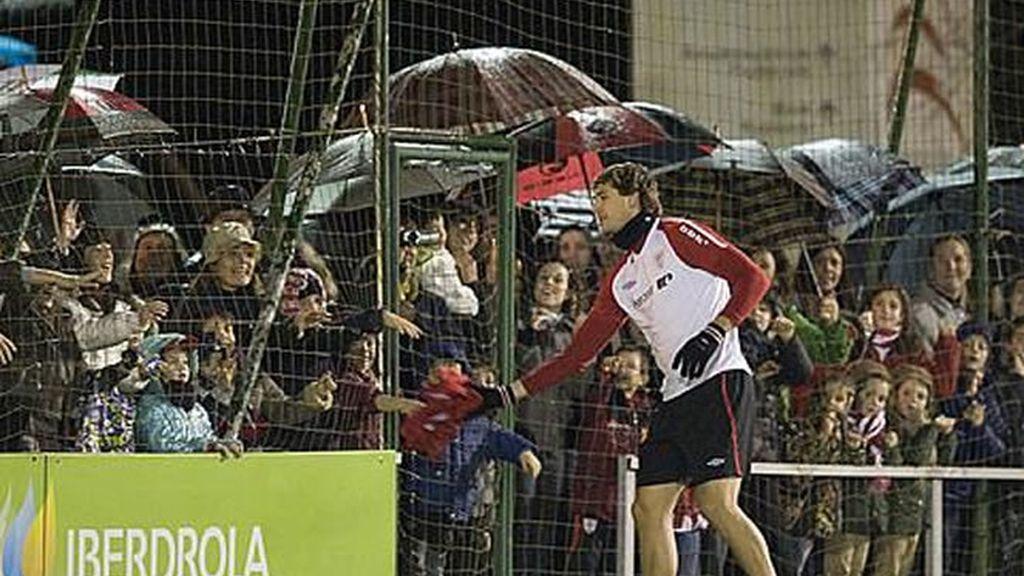 El goleador del Athletic, que sólo correteó diez minutos, obsequió a uno de los 3.500 aficionados con su chubasquero antes de retirarse al vestuario.