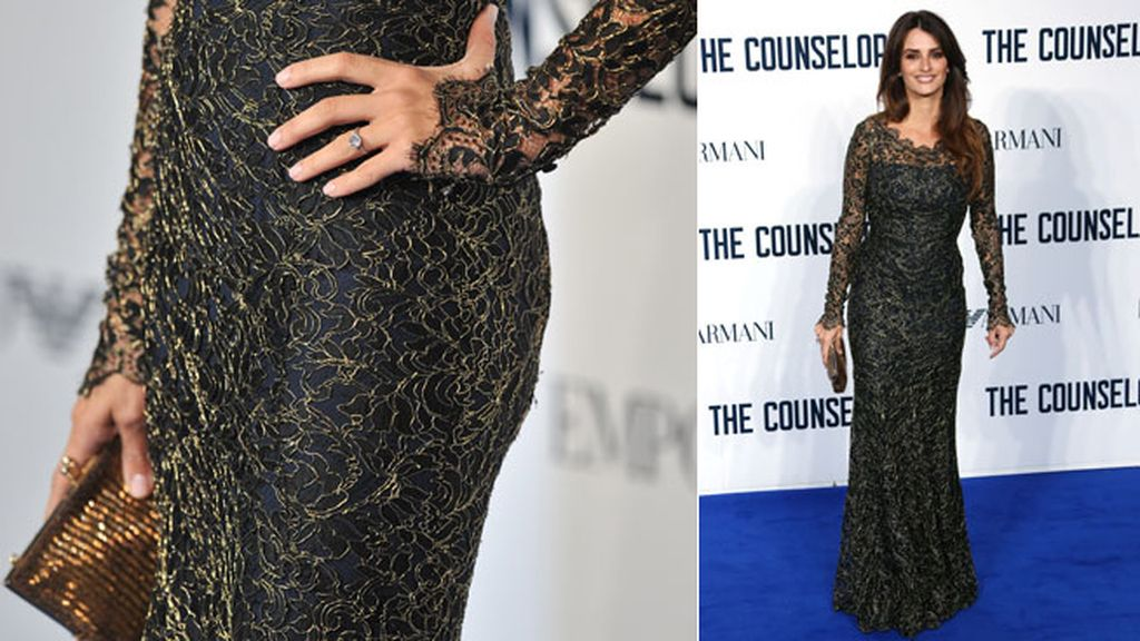La actriz completó su look con un clutch dorado y un anillo de zafiros y diamantes