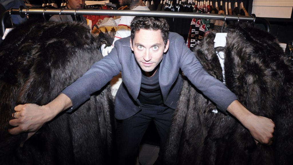 Paco León se lo pasó en grande cotilleando las nuevas prendas de H&M