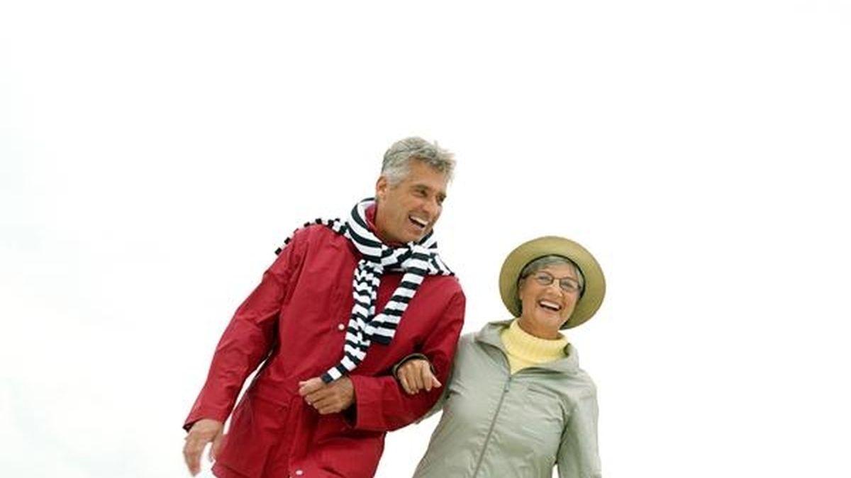 Gente mayor paseando