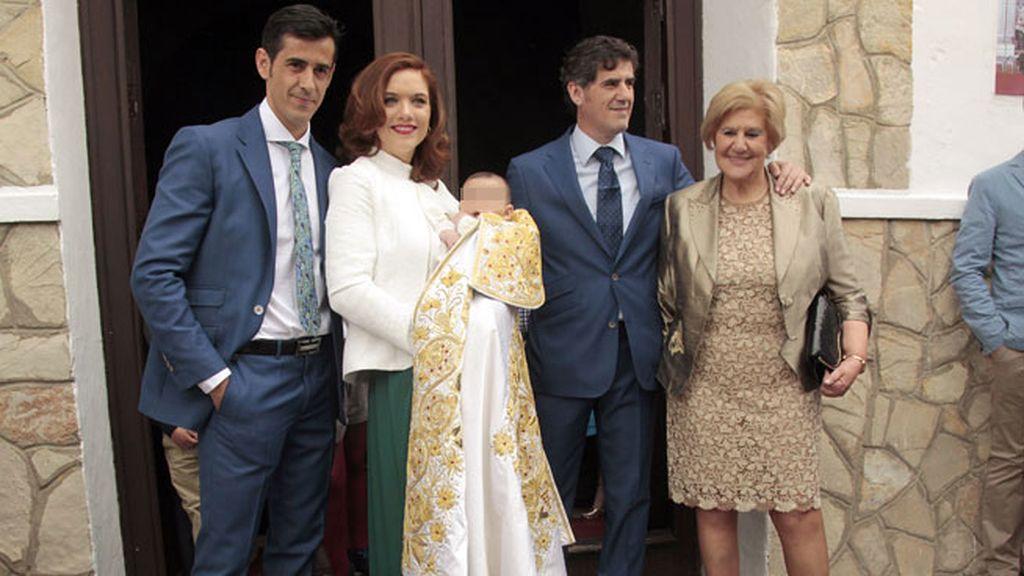 El matrimonio con su hijo Víctor, Humberto Janeiro y Carmen Bazán