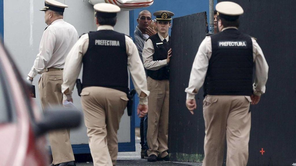 Agentes de la Prefectura Naval vigilan la zona
