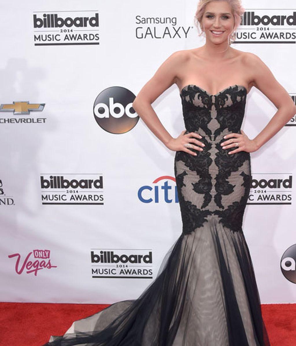 Kesha con vestido sirena de encaje