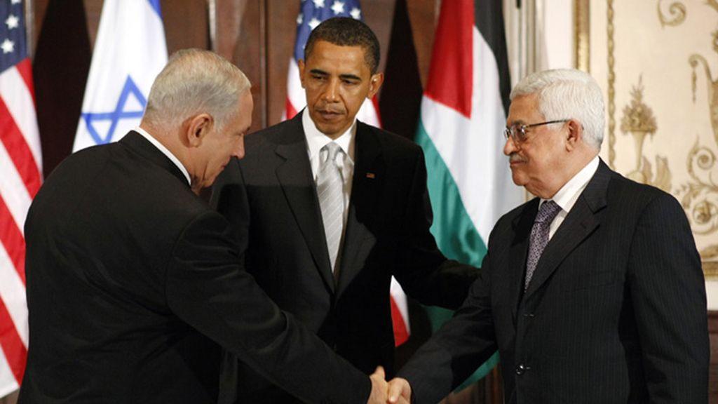 Obama observa como se saludan Netanyahu y Abbas