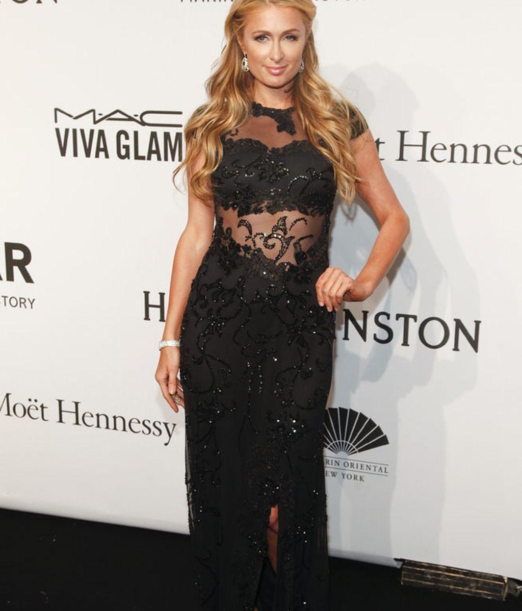 Paris Hilton optó por el negro, las transparencias y la pedrería