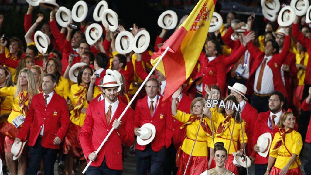 La delegación española es una fiesta entorno a su abanderado, Pau Gasol, durante la ceremonia de inauguración de los Juegos Olímpicos de Londres 2012