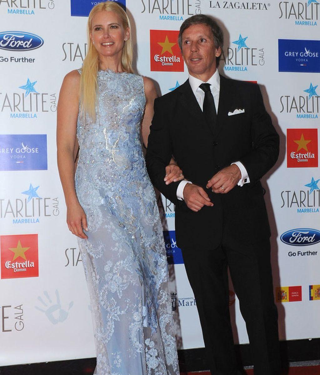 La supermodelo Valeria Mazza optó por un azul cielo de encaje
