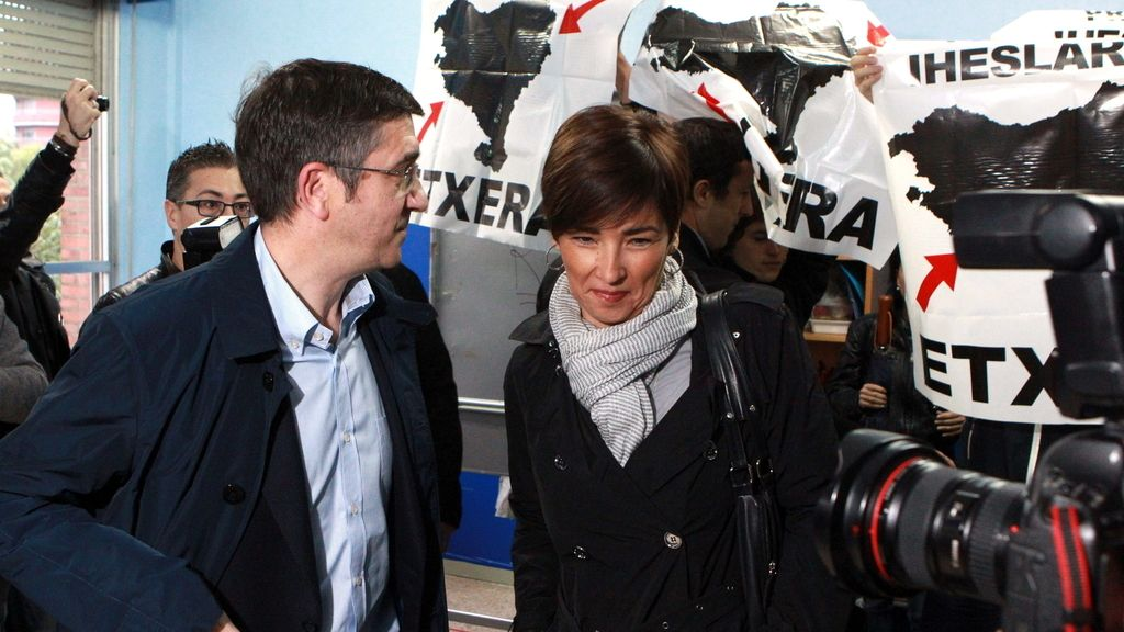 Un grupo de personas en favor de los presos de ETA intenta impedir votar al lehendakari