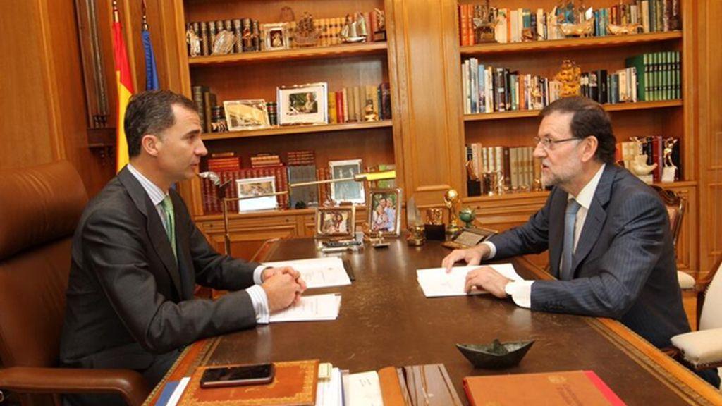 El rey Felipe VI despacha con Rajoy en Zarzuela