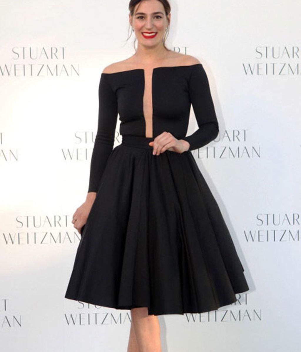 El escotado vestido de Eugenia Ortiz: originalidad en negro