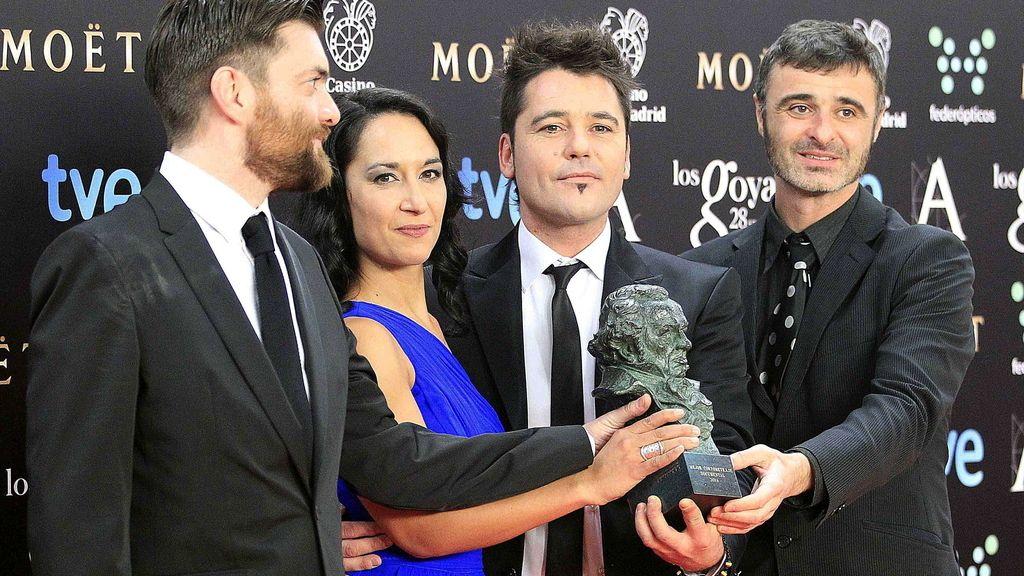 """El realizador Raúl de la Fuente (2d), junto a su equipo, posa con el Goya al """"Mejor corto documental"""" por """"Minerita"""""""