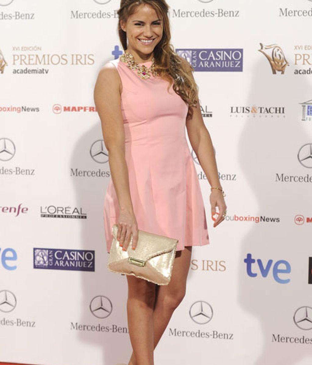 Mónica Hoyos con un mini vestido rosa