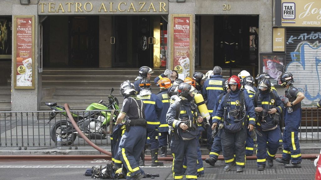 Un grupo de bomberos ante las puertas del Teatro Alcázar