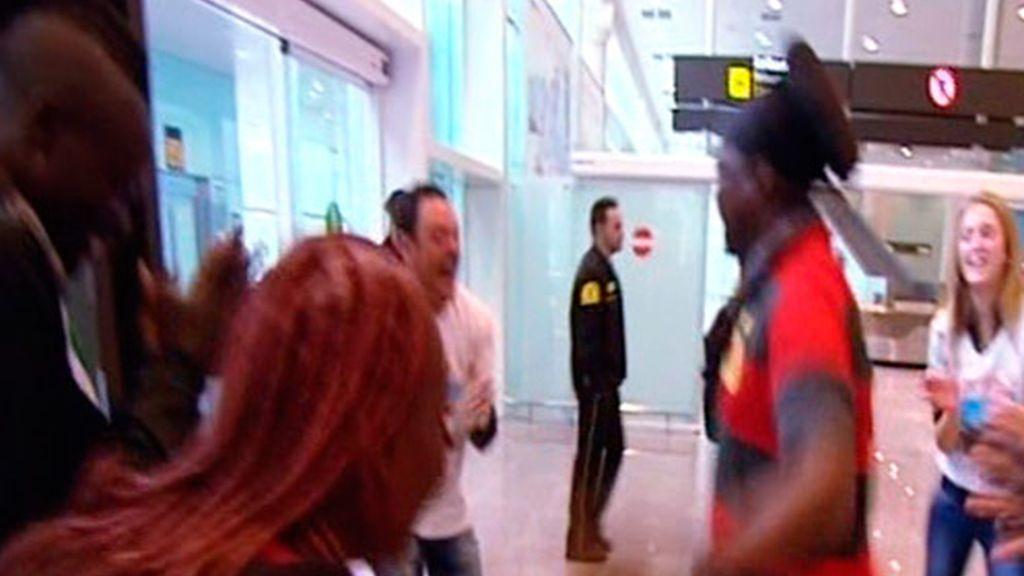 Baile himba en el aeropuerto