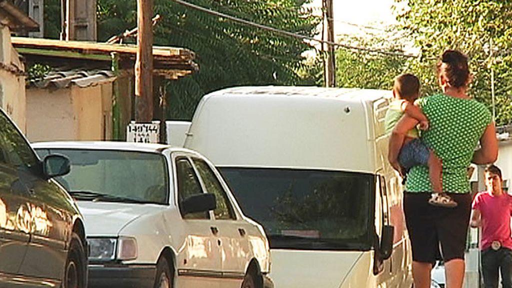 Vecinos transitan las calles del Poblado de Guadarrama