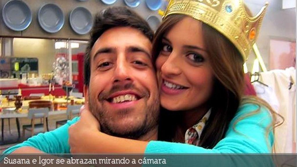 Susana e Igor se abrazan mirando a cámara