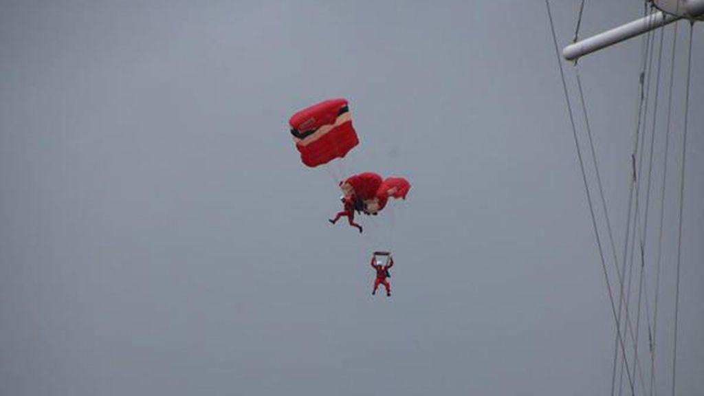 Un paracaidista rescata a un compañero en plena caída durante una exhibición en Inglaterra