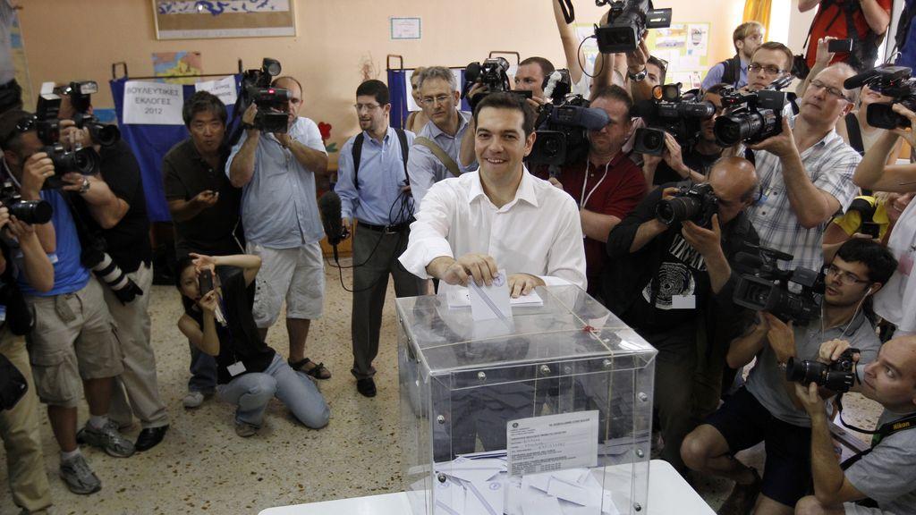 El dirigente de la coalición de izquierda SYRIZA, Alexis Tsipras, votando
