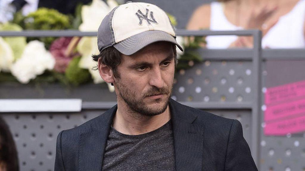 Raúl Arévalo asistió con un look informal con una gorra blanca