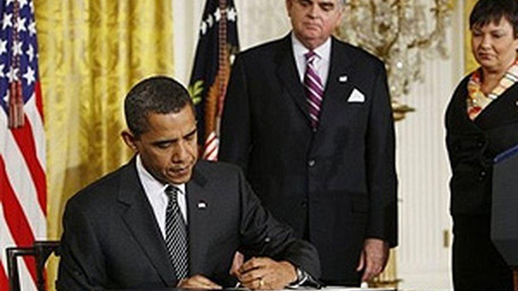 Obama, firmando sus primeras medidas en materia medioambiental. Foto: AP.