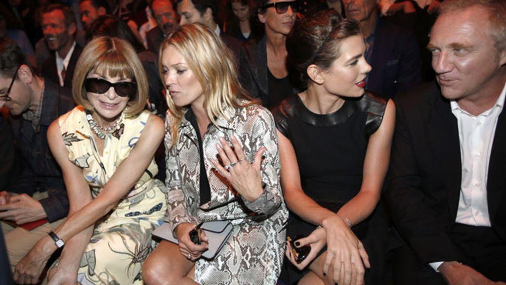 Siempre está bien sentarse en un nutrido 'front row' capitaneado por Anna Wintour...